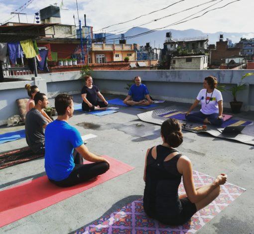 retraite_meditation_debutant_yoga_rooftop_kathmandu
