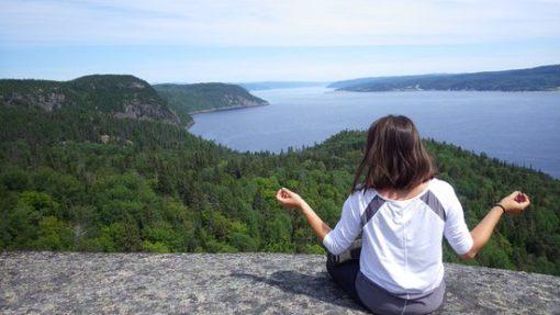 retraite_yoga_saguenay_juillet_2019_meditation_montagne