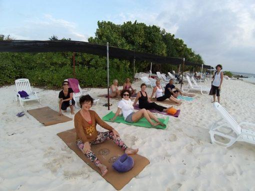 retraite_yoga_maldives_avril_2020_groupe_plage