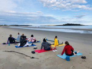 retraite_ypga_popham_beach_mainte_mai_2020_yoga_groupe_plage